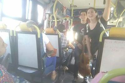 NOVIOS PAGAN SUS ESTUDIOS CANTANDO EN LOS COLECTIVOS