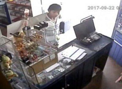Cámaras captan robo de un celular