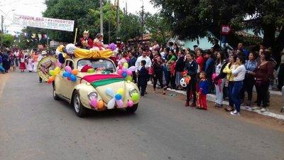 Desfile estudiantil en conmemoración a la Virgen en las Mercedes