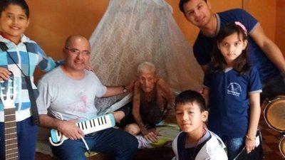 Niños sorprendieron a héroe de 107 años