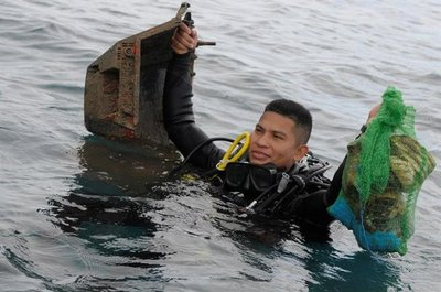 Latas y TV entre basura submarina en Panamá
