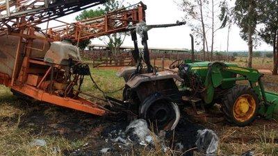 Queman dos tractores en colonia menonita y dejan varios panfletos