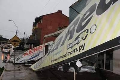 Vientos huracanados derribaron cerca del 60% de la cartelería en Caaguazú