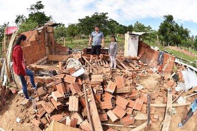 Vientos de más de 130 km/h dejan a  familias sin casas