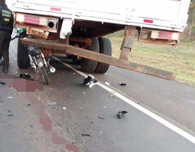 Motociclista chocó contra un camión y murió