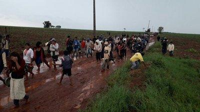 Desalojan a unas 50 familias indígenas