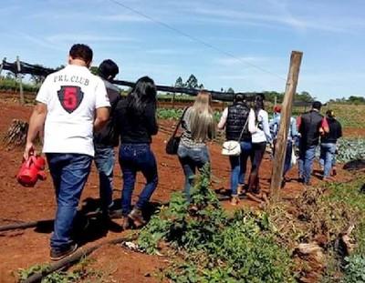 Día de campo reúne a universitarios en finca modelo de Minga Guazú