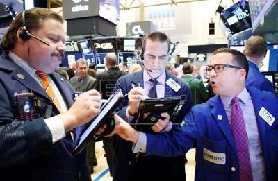 Wall Street cierra con otro triple récord y el Dow Jones supera los 23.000 puntos