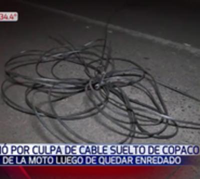 Motociclista fallece tras chocar contra cable
