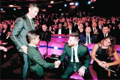 CR7 se llevó el trofeo y Messi el saludo de Cristiano Jr.