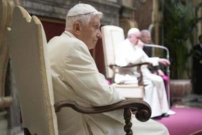 "Joseph Ratzinger con pulsera ""salvavidas"""