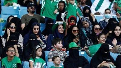 Permiten a mujeres acudir a los estadios