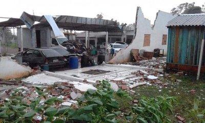 Temporal destruye varios tinglados en Salto