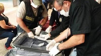 Perros hallaron droga en la maleta de una mujer y evitaron que viaje a Madrid
