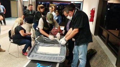 Detienen a una mujer con droga en su maleta