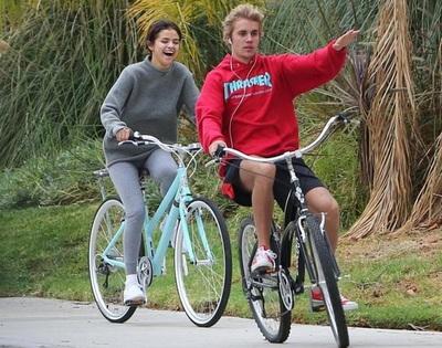 El beso que confirma el regreso de Selena Gómez y Justin Bieber