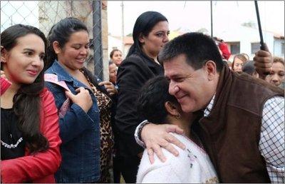 Cartes hace a un lado su investidura y pide votos en Itapúa