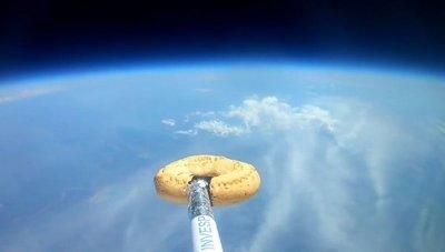 Una chipa viajó al espacio y volvió intacta