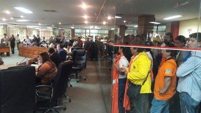 Funcionarios de Asunción se manifiestan