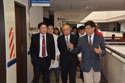 Embajador de Japón se interiorizó sobre funcionamiento del Hospital de Clínicas