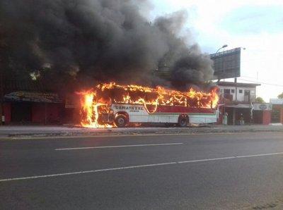 Ómnibus se incendia en la ruta 2
