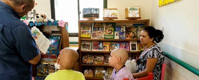 """Escritores comparten """"Cuentos en Navidad"""" con niños de hospital"""