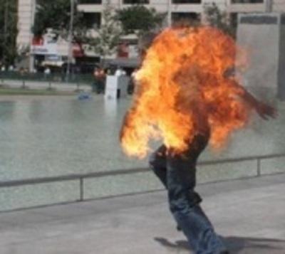 Iba caminando por la calle y de pronto se vio envuelto en llamas