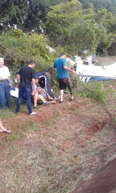 Paracaidistas y piloto se salvan al capotar avión en Bella Vista