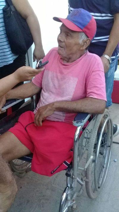 Abuelito fue a votar en su silla de ruedas