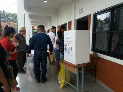 Empezó a llover en Encarnación y las votaciones se trasladaron a las aulas