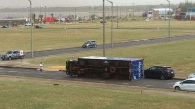 Viento volcó un camión estacionado en la Costanera de Encarnación