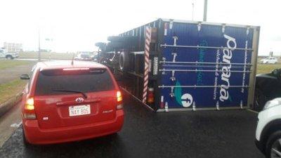 Fuertes vientos vuelcan camión en Encarnación