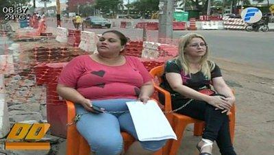 Mujeres se encadenan frente a obras del Metrobús