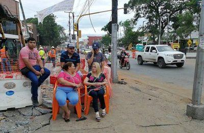 Frentistas se encadenan contra obras del Metrobus