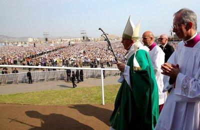 El Papa termina su gira con una misa multitudinaria en Lima