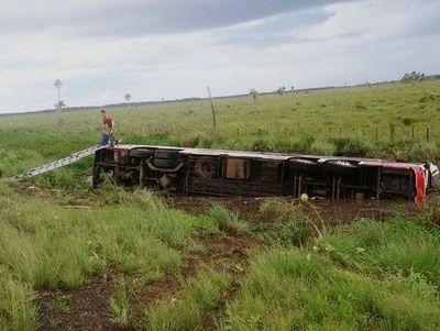 Confirman fallecimiento de pasajera tras vuelco de bus