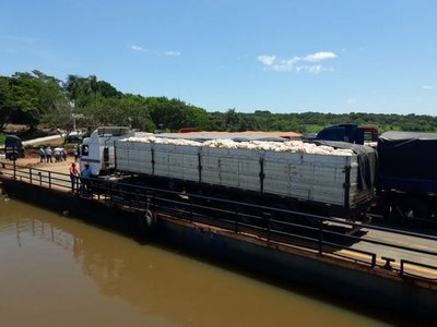 Camioneros cierran acceso a balsa en Salto del Guairá