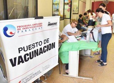 Seguirán usando vacunas, afirma ministro de Salud