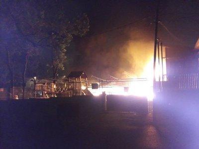 Incendio consume local gastronómico en Sajonia