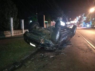 Camioneta volcó sobre la avenida España