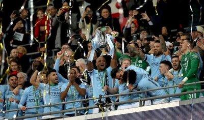 El City golea y Guardiola levanta su primer título en Inglaterra