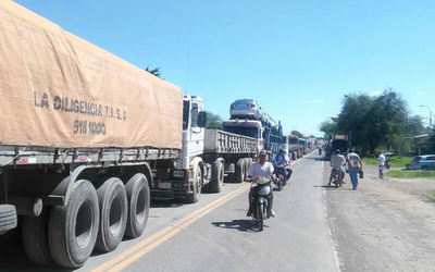 Largas colas de camiones en zona de Puerto Falcón