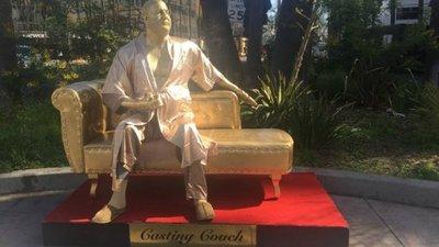Instalan estatua de Weinstein sobre un sofá