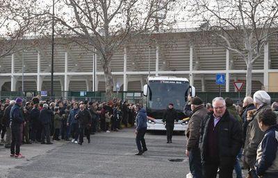 Los jugadores de la Fiorentina rinden un primer homenaje a Astori
