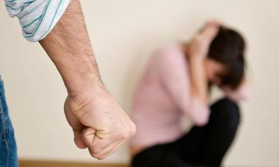 Buscado por agredir a su  pareja la vuelve a golpear