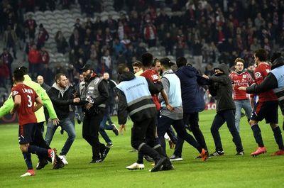 Duro momento para Junior: La barra del Lille intentó agredir a los jugadores