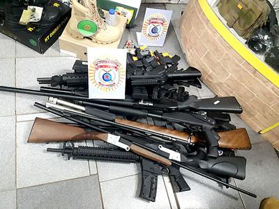 Dos detenidos y varias armas incautadas en allanamientos simultáneos en CDE