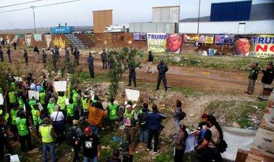 Protestan contra visita de Trump a prototipos de muro