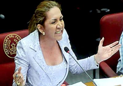 """A los gritos, senadora repudia distinción a """"película de lesbianas"""""""