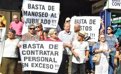 Jubilados se manifiestan y exigen salida de autoridades de la Caja Bancaria
